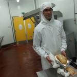 Guillaume Espinet présente le foie gras qui sera livré à la Maison Masse (photo Benjamin Fontaine - Radio France)